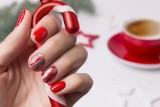 Paznokcie świąteczne: wzory, inspiracje i wyjątkowe pomysły! Manicure na Boże Narodzenie pozwoli Ci na dłużej zatrzymać świąteczny klimat