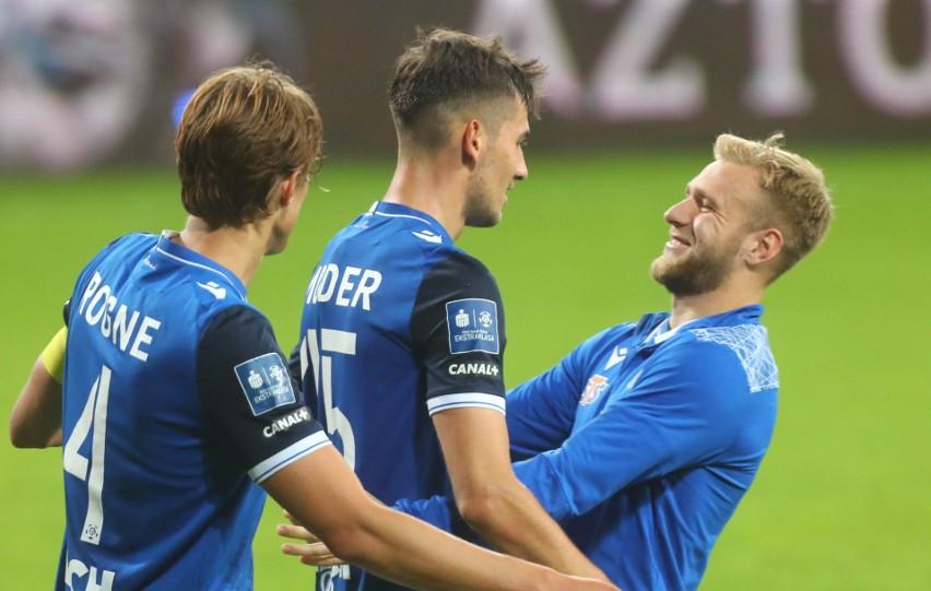 """Jakub Moder i Tymoteusz Puchacz to przyjaciele. Obaj chcą jeszcze grać w Lechu Poznań, ale czasem pojawiają się oferty """"nie do odrzucenia""""."""