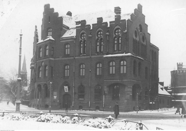 24 lipca 1901 roku w budynku toruńskiego starostwa przy Wałach po raz pierwszy obradowała rada powiatu. Zdjęcie zostało zrobione dwie dekady później, już w czasach polskich