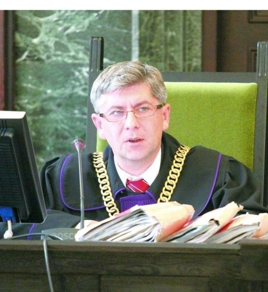 Sędzia Jacek Dunikowski: Dlaczego organy ścigania nie prowadzą postępowania przeciwko dorosłym skinheadom? Dlaczego brak jest organów ścigania na stadionach piłkarskich, gdzie takie grupy można łatwo zidentyfikować, a kieruje się reakcję, represję karną wobec małoletnich, wobec tych najmłodszych, których udało się złapać.