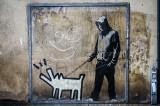 """Znają ich wszyscy, ale nikt nie wie, jak wyglądają. Wystawa tajemniczego artysty zawitała do Polski. """"The Art of Banksy"""" w Warszawie"""