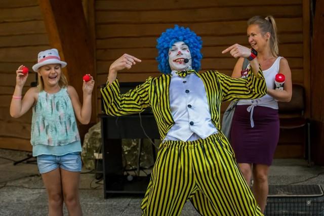 """""""Bajkowa niedziela"""" 2 sierpnia w Myślęcinku cieszyła się dużym zainteresowaniem. Nic dziwnego - pogoda dopisała, a na dzieci małe i duże czekało mnóstwo różnych atrakcji, w tym wiele aktywności. Animatorzy przygotowali wiele zabaw oraz ogromne bańki mydlane. Z kolei sztuczki cyrkowe i magiczne, a przede wszystkim sporę dawkę humoru zaserwował klaun cyrkowiec z Mimezis Art."""