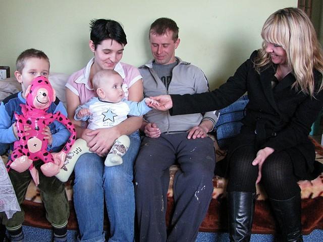 Małgorzata Kucharska, prezes PKB (z prawej) osobiście przywiozła rodzinie Nowaków dobrą wiadomość.