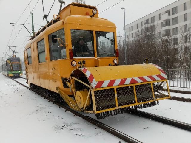 Na poznańskie tory wyjechał po raz pierwszy od 10 lat tramwajowy pług śnieżny.