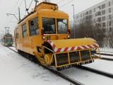 """MPK Poznań walczy z zimą. Po raz pierwszy od 10 lat wyjechał tramwajowy pług śnieżny. """"Rozkład jazdy nie istnieje"""""""