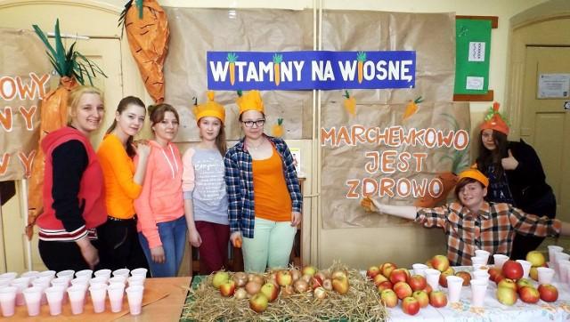 """Firma Winiary wysoko oceniła happening """"Witaminy na wiosnę"""", przygotowany przez uczniów inowrocławskiej  """"Jedynki""""."""