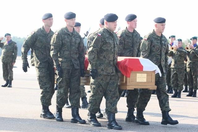 Ciało poległego żołnierza wróciło do PolskiZ wojskową asystą przetransportowano wczoraj do kraju ciało starszego chorążego Rafała Celebudzkiego, żołnierza z Wielonarodowego Korpusu Północno-Wschodniego.