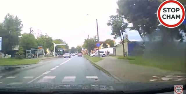 W czwartek, 18 czerwca, na ulicy Krzywoustego w Inowrocławiu doszło do kolizji drogowej. Kierowca opla zderzył się czołowo z jadącym z naprzeciwka autem.
