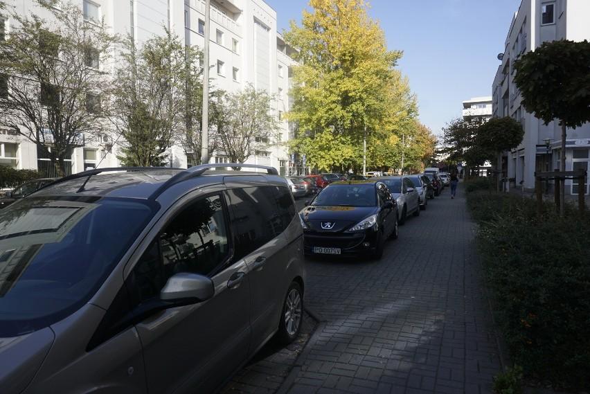 Poznań: Uczelnia blokuje miejsca postojowe. Mieszkańcy: To...