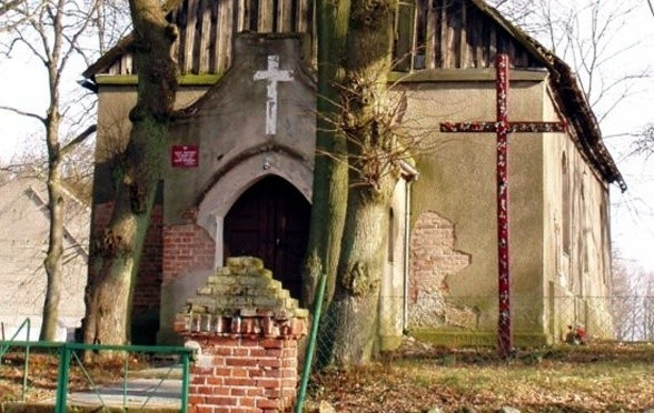 Z obawy przed zawaleniem się proboszcz przeniósł msze z tego kościółka do świetlicy wiejskiej.
