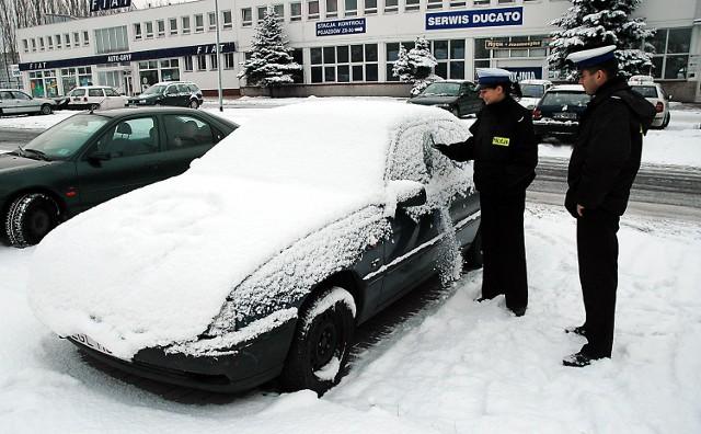 Policjanci przypominają, że należy oczyścić nie tylko szyby. Mandat można dostać nawet za śnieg na dachu.