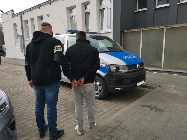 """Prawdziwi policjanci zatrzymali fałszywych podających się za oficerów CBŚ, którzy metodą """"na policjanta"""" od seniorki z Aleksandrowa chcieli wyłudzić kilkadziesiąt tysięcy złotych. Czytaj na kolejnym slajdzie"""