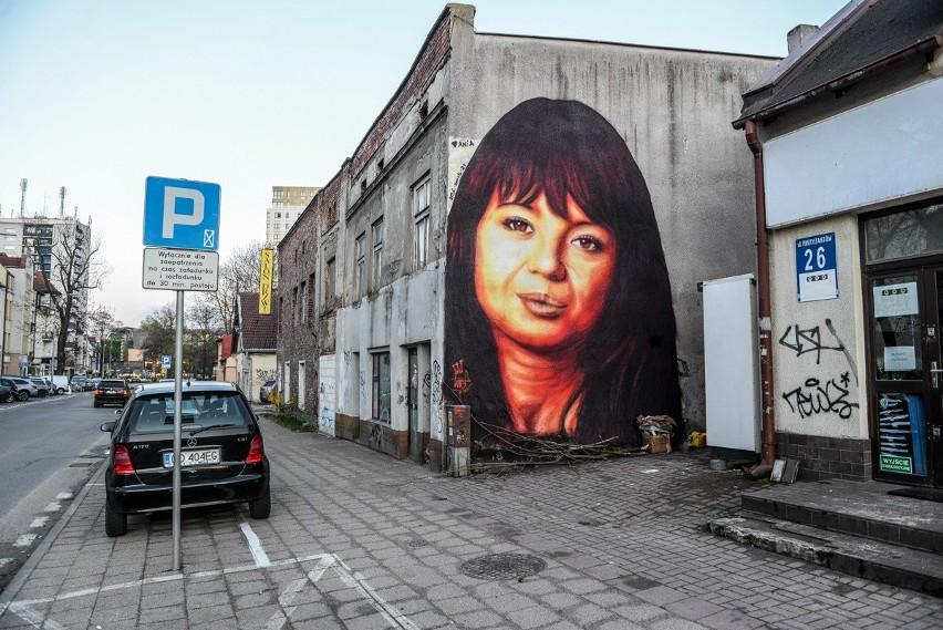 Mural z Anną Przybylską w Gdańsku Wrzeszczu. Autorem podobizny zmarłej aktorki jest Tuse
