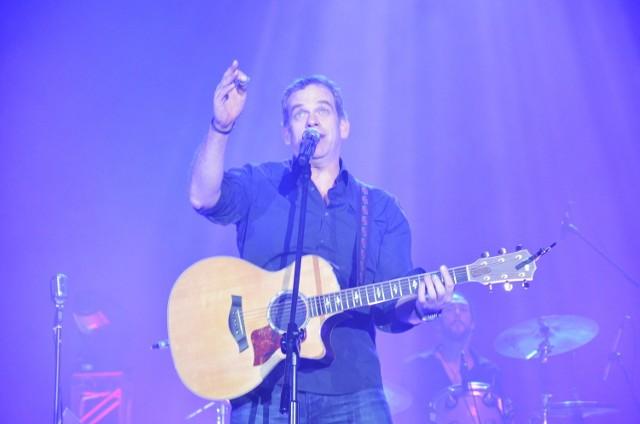 """Na Globusie - Koncert GarouGarou ma bogatą dyskografię, wydał aż 8 płyt i niezliczoną ilość singli, często koncertuje. Jego pierwszy album """"Seul""""  został wydany w 2000 roku. W samej Francji 2,5 miliona egzemplarzy zostało sprzedanych w ciągu zaledwie 11 tygodni. Kolejne albumy gwiazdy: """"Reviens"""", """"Garou"""", """"Piece of My Soul"""", """"Gentleman Cambrioleur"""", """"Version intégrale"""" ukazywały się w stosunkowo krótkich odstępach czasu. Wiele utworów stało się prawdziwymi hitami jak """"Seul"""" czy """"Gitan"""". Artysta nagrał utwór """"Sous le vent"""" z Celine Dion.Piątek, hala Globus, godz. 19.00, bilety 139 - 249 zł."""