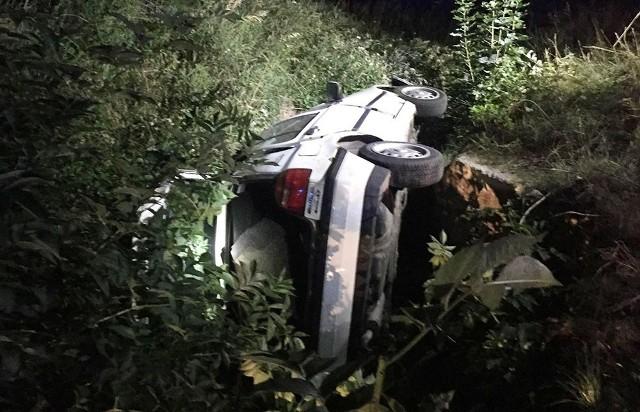 Do zdarzenia doszło w niedzielę, 22 lipca, w nocy. Pijany kierowca volkswagena golfa zaczął uciekać zielonogórskiej policji. Rozbił się, a jego auto utknęło między betonowymi murkami. Agresywny kierowca został zatrzymany przez policjantów.Do zdarzenia doszło około godz. 2.00 w nocy. Jak ustaliliśmy, patrol policji zobaczył białego volkswagen golfa, którego kierowca na widok radiowozu przyspieszył i zaczął uciekać. Zjechał z drogi i zaczął uciekać drogą wzdłuż torów kolejowych w kierunku Nietkowa. Przeciął drogę z Nietkowa w kierunku Leśniowa Wielkiego. Tam zjechał na pobocze i stracił panowanie nad rozpędzonym samochodem. Auto zjechało do rowu między torami a nasypem. Tam volkswagen golf przewrócił się na bok i utknął między betonowymi murami oporowymi.Policjanci zatrzymali kierującego golfem, który wysiadł z auta. – Mężczyzna mówił, że nie prowadził samochodu – informuje podinsp. Małgorzata Barska z biura prasowego zielonogórskiej policji. Od mężczyzny czuć było zapach alkoholu. Karetka przewiozła 32-latka do szpitala. Tam został przebadany i zatrzymany przez policjantów. Trafił do policyjnej celi.Mężczyzna miał 0,7 promila alkoholu. Volkswagen nie miał ważnego przeglądu technicznego. Samochód na parking odholowała pomoc drogowa, koszty pokryje właściciel. – 32-latek był agresywny i pobudzony. Została mu pobrana krew do badań pod kątem narkotyków – mówi podinsp. Barska.Okazało się, że 32-latek ma dwa aktywne zakazy prowadzenia. Wkrótce stanie przed sądem. Za prowadzenie po pijanemu grozą mu 2 lata więzienia, wieloletni zakaz prowadzenia i grzywna nie niższa niż 10 tys. zł. Za złamanie sądowego zakazu może trafić do więzienia nawet na 5 lat.Zobacz też: KARAMBOL NA DRODZE S3. ZDERZYŁY SIĘ CZTERY SAMOCHODY, DWIE OSOBY W SZPITALU. W KRAKSIE UCZESTNICZYŁA CYSTERNA