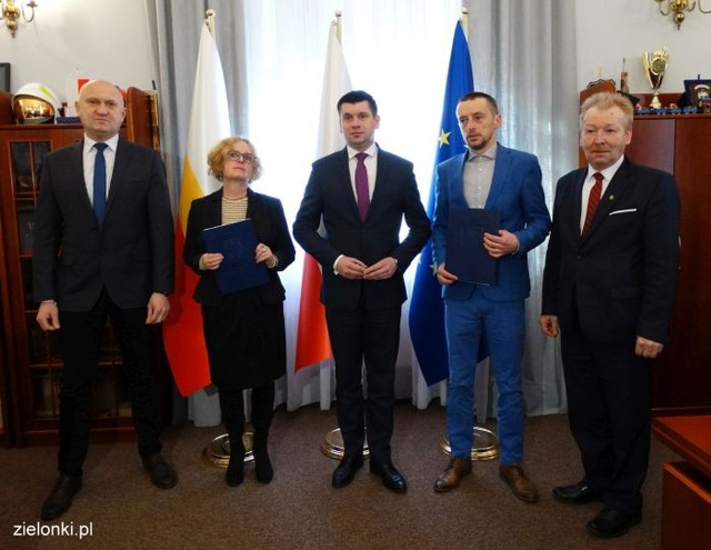 Przedstawiciele samorządu wojewódzkiego, gminy Zielonki i firmy projektowej podczas podpisywania umowy na projektowanie części nowej trasy wolbromskiej