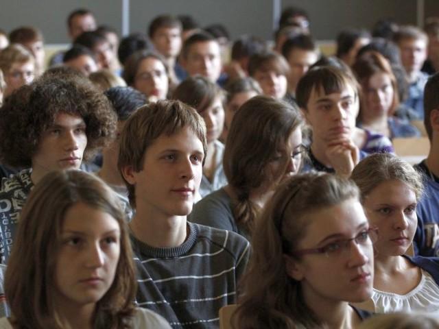 uczniowie I Liceum Ogólnokształcącego słuchają polityków