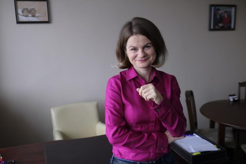 Adwokat Aleksandra Chołub  z Torunia nie boi się wyzwań. Na drodze sądowej reprezentuje emerytowanego policjanta Mariana Szłapę (jego historia w Magazynie) i innych poszkodowanych przez ustawę dezubekizacyjną