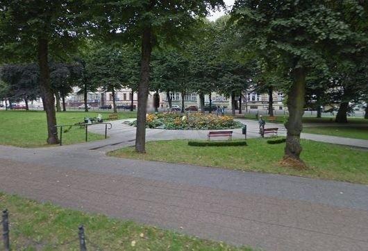 Pani Agnieszka nie ukrywa zdenerwowania z powodu zdarzenia, do którego doszło w poniedziałek w parku przy alei Sienkiewicza w Słupsku.