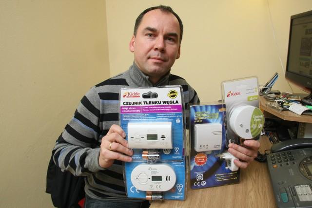 Artur PichetaWłaściciel firmy Multi Scan Artur Picheta prezentuje czujniki tlenku węgla, które dla bezpieczeństwa powinny być zamontowane w każdym domu. – To niewielki wydatek, ceny zaczynają się od 75 złotych, a zapobiec może tragedii – mówi szef kieleckiej firmy.