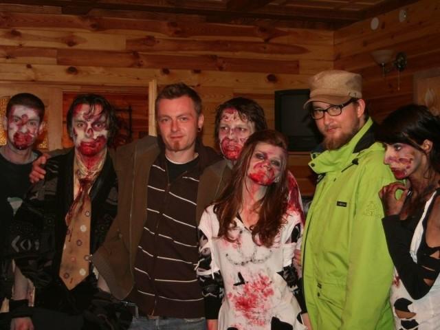 """Zombie, lub jak woli reżyser – przemienieni, są w """"Watasze"""" wyjątkowo grzeczne i ciężko im np. sforsować zamknięte drzwi"""