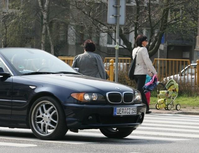 Mieszkańcy od dłuższego czasu monitują, by poprawić bezpieczeństwo na przejściach w al. Wyzwolenia.