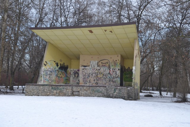 Park Zamkowy w Mysłowicach zimą. Miejsce, które powinno być chlubą miasta zdecydowanie nią nie jest. Zobacz kolejne zdjęcia. Przesuń zdjęcia w prawo - wciśnij strzałkę lub przycisk NASTĘPNE