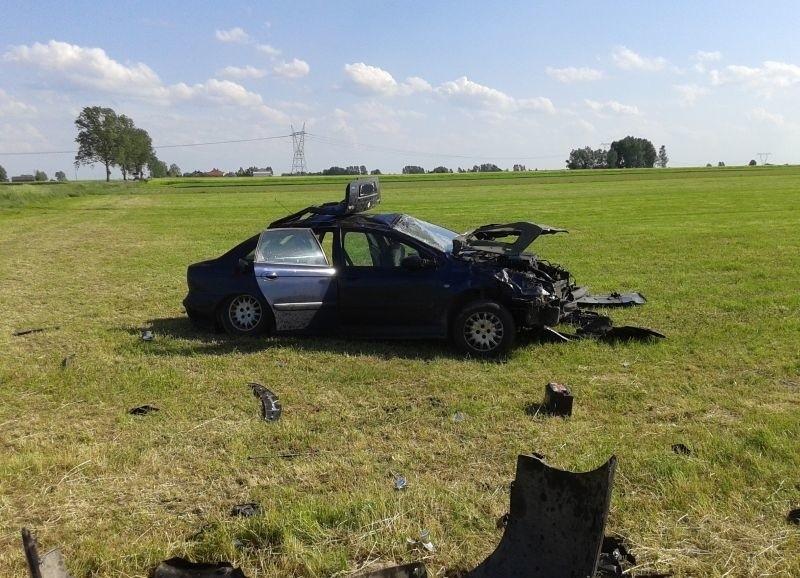 W wyniku dachowania siedzący za kierownicą 31-latek wypadł z...