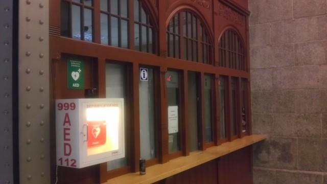 defibrylator AED w holu dworca Wrocław Główny