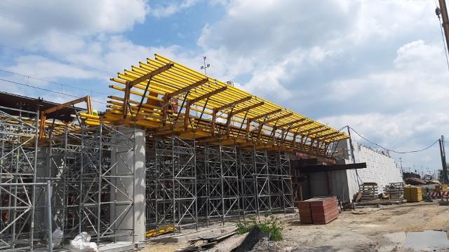 Centrum przesiadkowe Opole Wschodnie. Postępuje budowa estakady, będą nowe utrudnienia dla pieszych i kierowców. Trwają przygotowania do wykonania nowego tunelu w nasypie kolejowym.