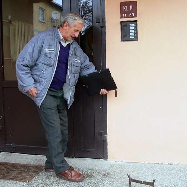 - Tu biegnie granica. Nasze schody są już prywatną własnością sąsiadów - mówi Józef Duda.