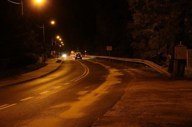 Zarząd Dróg Wojewódzkich posypał drogę piaskiem, ale tylko w obrębie Przywór. Dalej plamy oleju nie były już zabezpieczone, a ruch odbywał się normalnie.