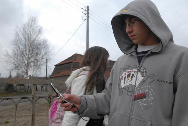 Marcin Sinicki nie narzeka na swój telefon, ale wielu mieszkańców mówi, że ma problemy z połączeniami