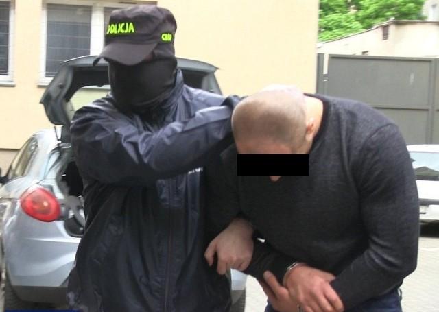 9 osób podejrzanych o włamania do domów jednorodzinnych i hurtowni w Warszawie i okolicach kradzieże samochodów i napady na Tiry zatrzymali policjanci warszawskiego Centralnego Biura Śledczego Policji.