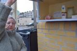 Pani Krystyna z Gorzowa nie poddała się i znów ma na podwórku przy ul. Sikorskiego szafkę na żywność dla potrzebujących