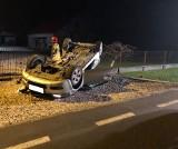 Kozłów. Samochód osobowy dachował na drodze koło Gręboszowa. W wypadku ranne zostały dwie osoby [ZDJĘCIA]