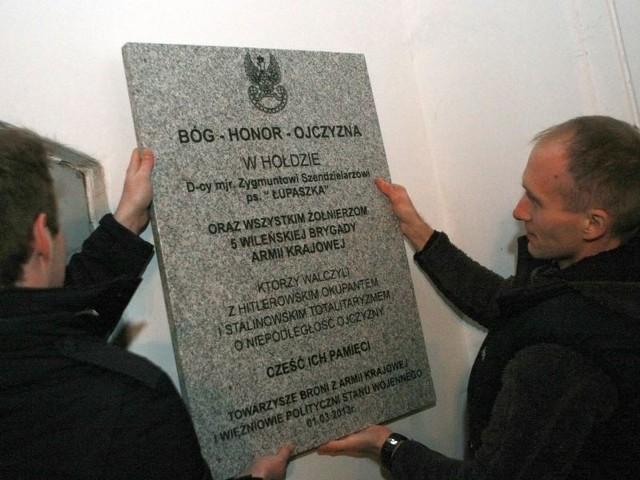 """Tablica w hołdzie dowódcy majora Zygmunta Szendzielarza ps. """"Łupaszka"""""""