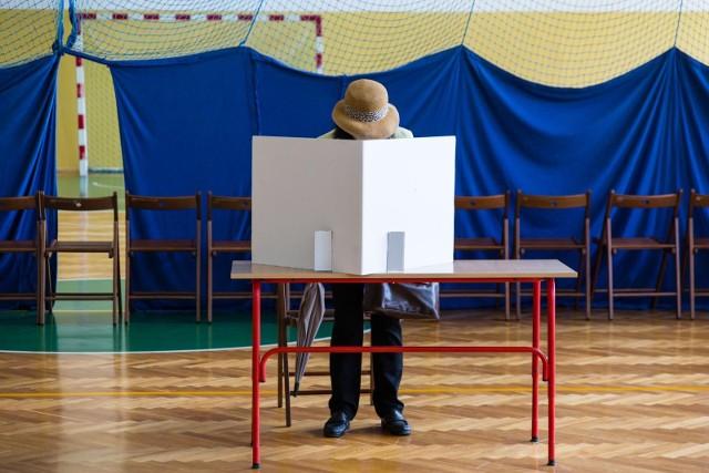 W trzech z pięciu ostatnio przeprowadzonych sondaży prowadzi ubiegający się o reelekcję Andrzej Duda, w dwóch pozostałych liderem jest Rafał Trzaskowski.