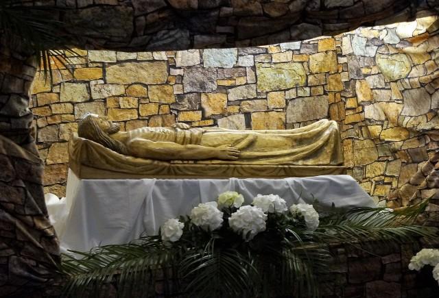 W Wielką Sobotę wierni odwiedzają kościoły, by modlić się przy Grobach Pańskich. Zobaczcie, jak wyglądają Groby Pańskie w niektórych inowrocławskich kościołach.
