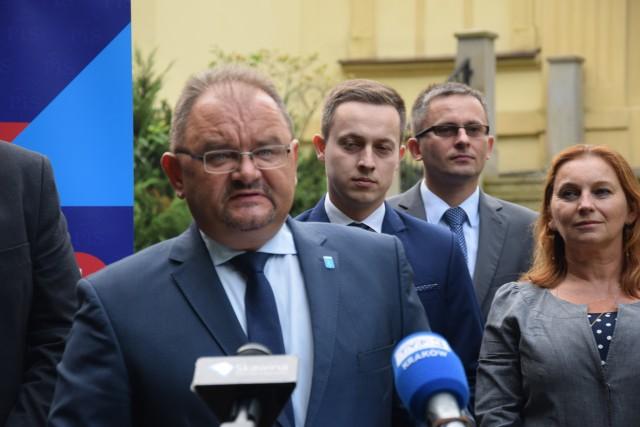 Burmistrz Skawiny Norbert Rzepisko zaznaczył, że przekazał dane wyborcze Poczcie Polskiej bez kluczowego hasła, wiec poczta nie może nimi dysponować