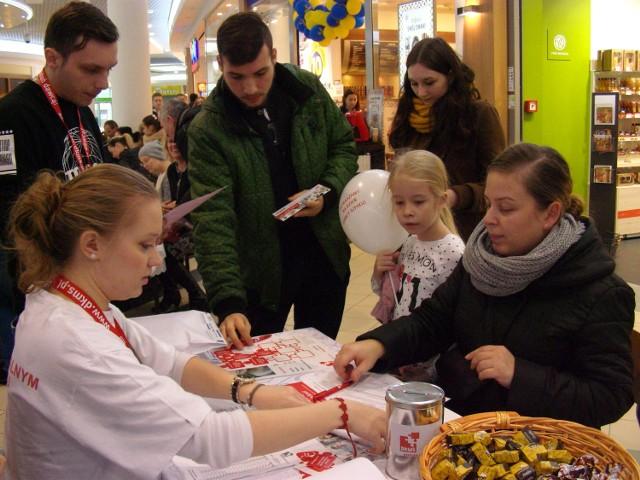 Sylwia Rafińska (po prawej) już na ostatnim etapie rejestracji w bazie DKMS. Pani Sylwii towarzyszyła córka Majka. Po lewej Karolina Pelowska, wolontariuszka Fundacji DMKS, która zarejestrowała się jako potencjalny dawca szpiku, gdy tylko skończyła 18 lat. Stoi po lewej Bartosz Dobrowolski, student WSG, koordynator akcji rejestracji w Galerii Pomorskiej. W 2012 r. oddał swój szpik chorej Amerykance. - Becky wyzdrowiała - cieszy się Bartek.