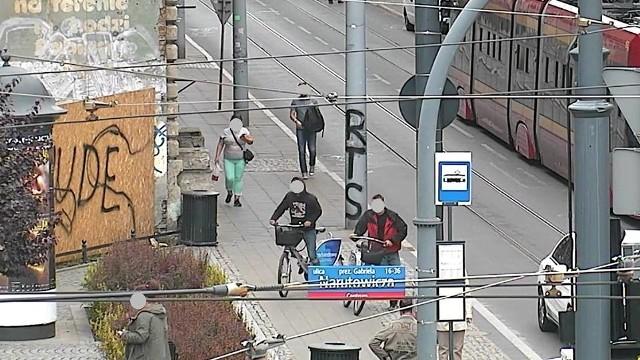 Dwóch rowerzystów poruszających się rowerami miejskimi po ul. Kilińskiego zauważyła operatorka kamery monitoringu miejskiego. Sposób, w jaki mężczyźni jechali wydał się jej podejrzany. Rowerzyści wyglądali na pijanych. Natychmiast poinformowała o tym strażników miejskich.