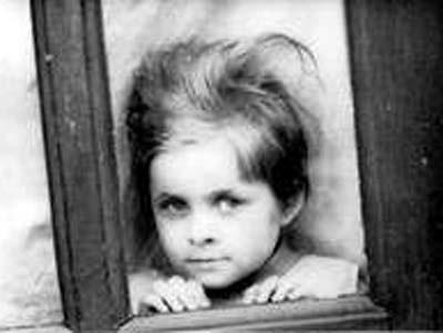 Na wystawie prezentowane będą czarno białe zdjęcia z czasów kiedy Krzysztof Kieślowski studiował w Łodzi.