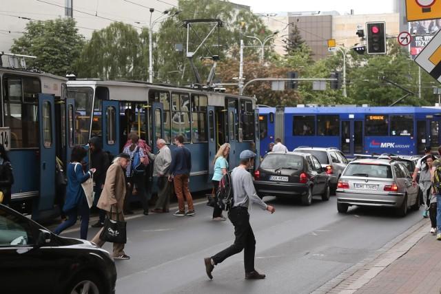 Linie specjalne, objazdy i tymczasowe przystanki, skrócone trasy w praktycznie całym Wrocławiu. Zmienią się też nazwy niektórych przystanków. Od tego weekendu MPK wprowadzi sporo zmian dla podróżnych w związku z pracami prowadzonymi w różnych częściach miasta.Zobacz na kolejnych slajdach, jakie będą zmiany i nie daj się komunikacyjnemu chaosowi.