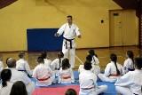 Remigiusz Karpiński na treningu w Skarżyskim Klubie Sportów Walki. Jeden z najważniejszych ludzi w polskim karate dawał wskazówki karatekom
