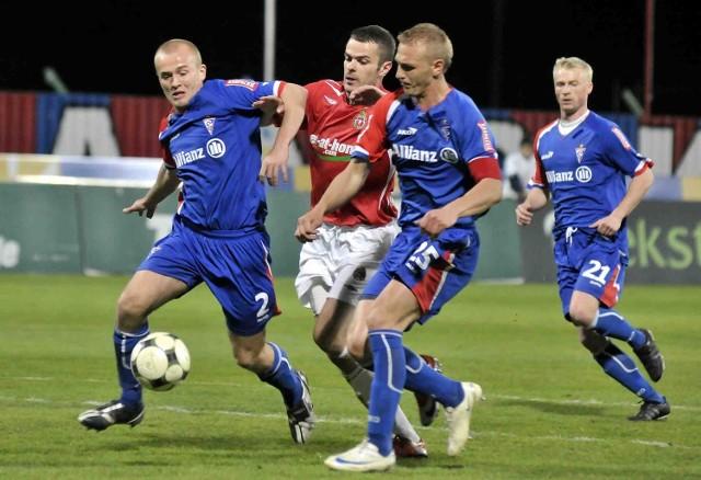Paweł Brożek (czerwona koszulka) strzelił dwa gole, a Adam Banaś (po jego prawej) jednego