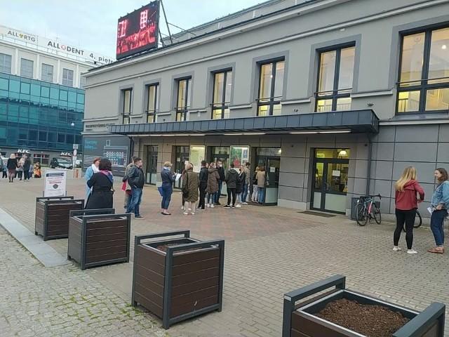 Blisko 100 osób odwiedziło w piątek (21 maja) wieczorem Kino Forum. Kolejki do wejścia ustawiały się już 20 min. przed seansem.