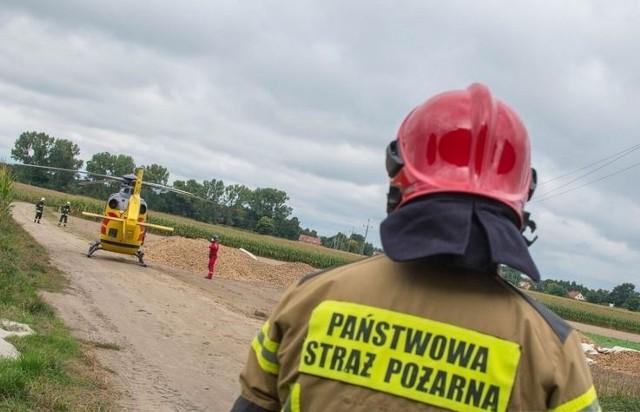 Pod Oleśnicą maszyna rolnicza wciągnęła nastolatka. Interweniowali strażacy i śmigłowiec LPR.