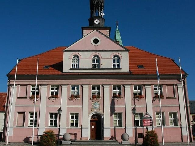 Burmistrz Tadeusz Dubicki zapowiedział unieważnienie kontrowersyjnej umowy, choć jak stwierdził - nie widzi ku temu podstaw.