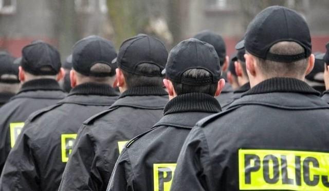 """Policjanci w całej Polsce zakończyli protest. Związkowcy służb mundurowych doszły do porozumienia z przedstawicielami MSWiA. Minister Joachim Brudziński i przedstawiciele strony społecznej podpisali porozumienie kończące akcję protestacyjną. Co wywalczyli policjanci? Sprawdź na kolejnych slajdach!Zobacz także: """"Tu nie ma już sensu pudrować rzeczywistości"""". Ponad 30 tys. policjantów na zwolnieniach lekarskich. Szef MSZ spotkał się z przedstawicielami związków"""